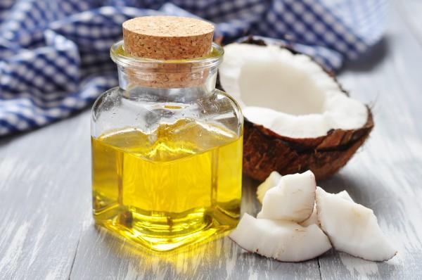 ココナッツの実と液体のココナッツオイル