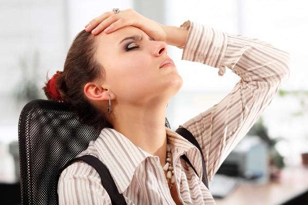 頭痛と首こりに悩む女性
