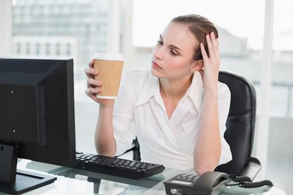オフィスで疲れた表情の女性