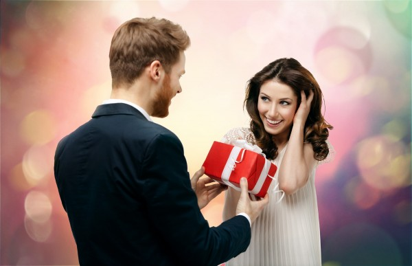 男性にプレゼントをもらって喜ぶ女性
