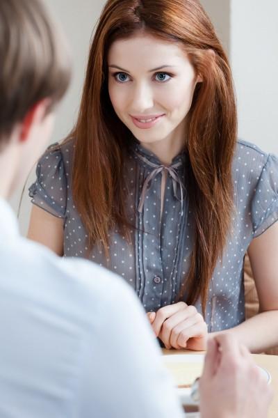 男性を見つめながら話をする女性