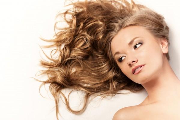 髪を広げて横たわる女性