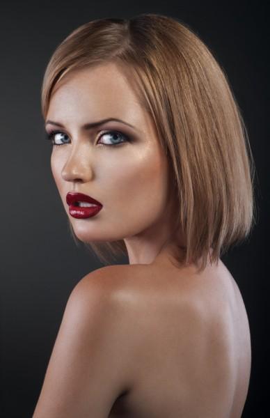 切りっぱなしヘアの女性イメージ