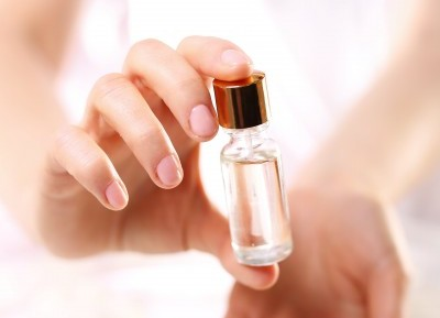 アルガンオイルのビンを持つ女性