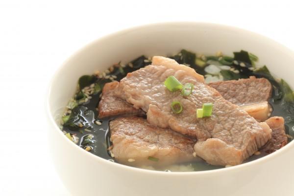 海藻、わかめ、お肉の入った料理のイメージ