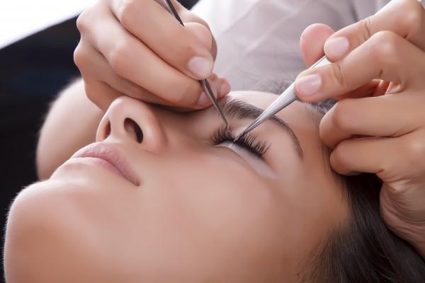 サロンでまつ毛エクステンションの施行を受けるイメージ