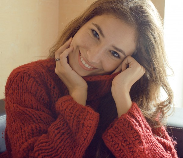 冬の室内で微笑む女性