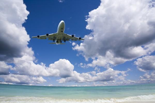 無人島に不時着する飛行機のイメージ
