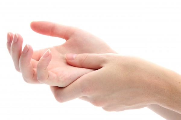 手のひらをマッサージするイメージ