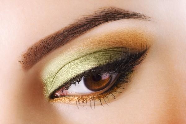 グリーンとゴールドのアイメイクをした女性の目元