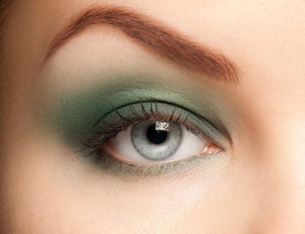 グリーンのアイシャドウを塗った目元イメージ