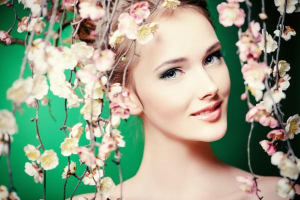 春らしいメイクの女性イメージ