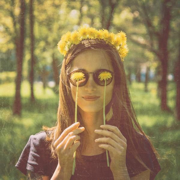 花かんむりをつけた女性