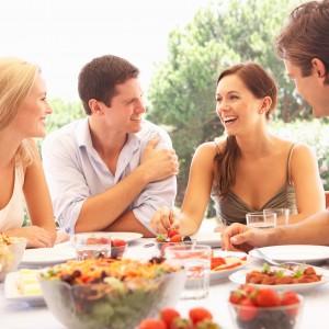 食事をしながら談笑する男女