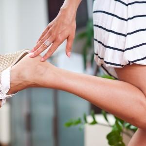 サンダルを履いている女性の足元