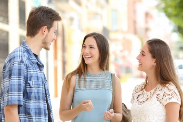 仲良く話す男女3人