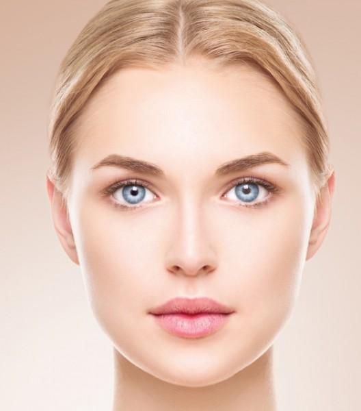 左右対称の顔の女性