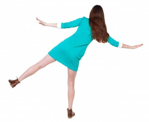 片足立ちの女性