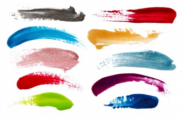 書きなぐられた様々な色のネイルポリッシュ