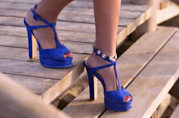 青いサンダルの女性の足元