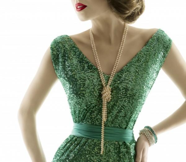 パールのロングネックレスをつけたドレスの女性
