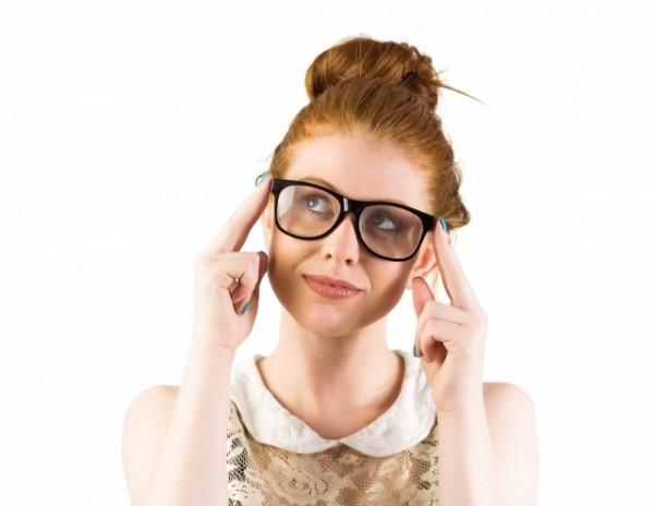 メガネを押さえる女性