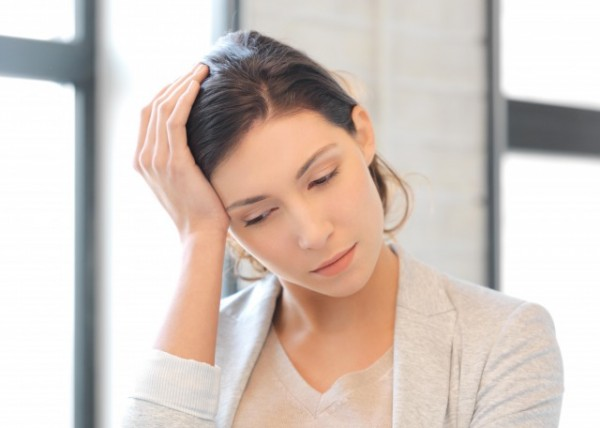 頭痛のある女性