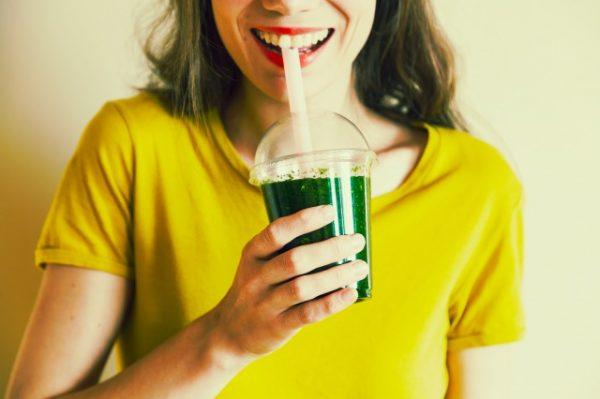 グリーン系のスムージーを飲む女性