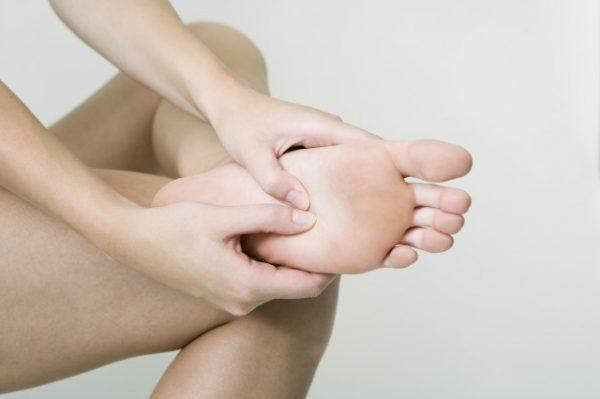 足裏のツボを押す女性