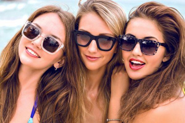 美しいロングヘアーの女性3人