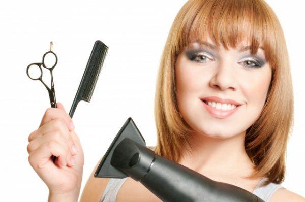 ヘアスタリングアイテムをもつ女性