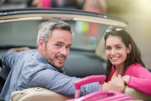 車に乗っている歳の差カップル