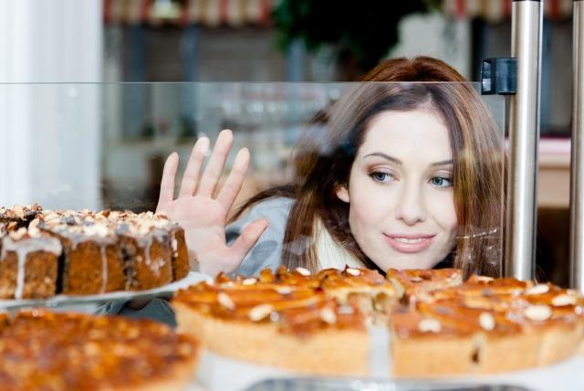 ケーキを眺める女性