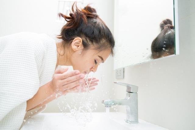 クレンジング洗顔をする女性