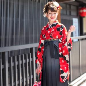 袴を着て歩く女性
