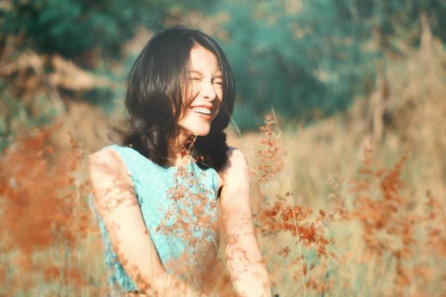 セミロングヘアの笑顔の女性