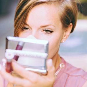 お化粧直しをする女性