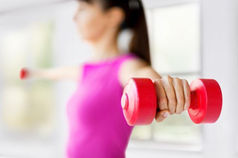 ダンベルトレーニングをする女性
