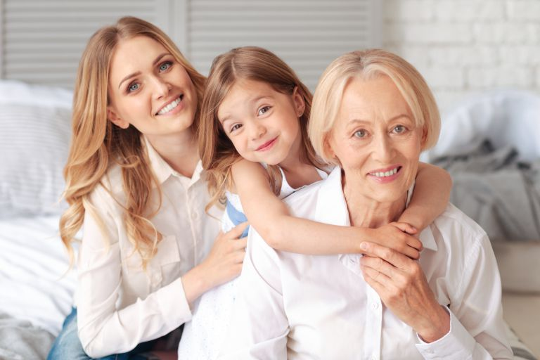 笑顔の各世代の女性